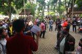 Petugas membagikan hasil pemeriksaan rapid test COVID-19 kepada calon Petugas Pemutahiran Data Pemilih (PPDP) di Banyuwangi, Jawa Timur, Sabtu (11/7/2020). Petugas KPU Kabupaten Banyuwangi mengaku, sekitar 50 orang calon anggota harus diganti, karena takut melakukan Rapid Test sebagai syarat menjadi anggota PPDP pada pilkada serentak 2020. Antara Jatim/Budi Candra Setya/zk