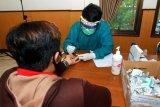 Petugas kesehatan melayani rapid test COVID-19 kepada calon Petugas Pemutahiran Data Pemilih (PPDP) di Banyuwangi, Jawa Timur, Sabtu (11/7/2020). Petugas KPU Kabupaten Banyuwangi mengaku, sekitar 50 orang calon anggota harus diganti, karena takut melakukan Rapid Test sebagai syarat menjadi anggota PPDP pada pilkada serentak 2020. Antara Jatim/Budi Candra Setya/zk
