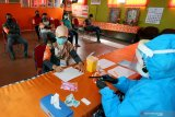Petugas pemutakhiran data pemilih (PPDP) atau Coklit mengikuti tes cepat COVID-19 (Rapidtest) di Kantor KPU Kota Blitar, Jawa Timur, Minggu (12/7/2020). KPU Kota Blitar menggelar tes cepat terhadap 259 petugas PPDP Pemilu Serentak 2020 sebelum diterjunkan ke masyarakat dalam melakukan pencocokan data pemilih, guna memastikan kesehatan, serta mencegah penyebaran COVID-19. Antara Jatim/Irfan Anshori/zk