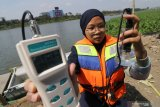 Aktivis lingkungan hidup dari Ecological Observation and Wetlands Conservation (Ecoton) mengukur kadar oksigen pada air sungai Brantas di Kota Kediri, Jawa Timur, Minggu (12/7/2020). Tim peneliti Ecoton menemukan sejumlah polutan berbahaya di sungai terpanjang ke dua di pulau Jawa tersebut yakni di antaranya kandungan mikroplastik yang dapat merusak ekosistem dan berbahaya bagi kesehatan manusia. Antara Jatim/Prasetia Fauzani/zk
