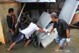 Warga membenahi rumahnya yang rusak akibat dihantam gelombang pasang di Desa Gampong Belakang, Kecamatan Johan Pahlawan, Aceh Barat, Aceh, Minggu (12/7/2020). Berdasarkan data dari Badan Penanggulangan Bencana Aceh (BPBA) sebanyak 42 unit rumah warga rusak akibat dihantam gelombang pasang yang terdiri 14 unit rumah rusak sedang, 26 unit rusak ringan dan dua unit rumah warga rusak berat sedangkan ratusan rumah lainnya masih terendam banjir rob. Antara Aceh/Syifa Yulinnas.