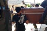 Jenazah terduga teroris yang ditembak  diambil keluarganya