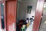Peserta didik baru tingkat Taman Kanak-Kanak (TK) dan Sekolah Dasar (SD) yang masih satu keluarga, mengikuti Masa Pengenalan Lingkungan Sekolah (MPLS) secara daring di Blitar, Jawa Timur, Senin (13/7/2020). Memasuki masa hari pertama sekolah tahun ajaran baru 2020 ini, Kemendikbud RI masih hanya memberikan ijin pemberlakuan masuk sekolah secara tatap muka terhadap 104 kabupaten/kota di seluruh indonesia yang termasuk zona hijau dalam peta penyebaran COVID-19, sedangkan bagi kabupaten/kota lainnya yang masih termasuk dalam zona kuning dan merah, masih harus memberlakukan pembelajaran melalui sistem daring dari rumah. Antara Jatim/Irfan Anshori/zk
