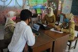 Guru menyiapkan materi saat Masa Pengenalan Lingkungan Sekolah (MPLS) di SDN Lawangan Daya 2, Pamekasan, Jawa Timur, Senin (13/7/2020). Pelaksanaan MPLS bagi siswa baru dan Kegiatan Belajar Mengajar (KBM) dimasa Pandemi COVID-19 dilakukan secara daring dan luring . Antara Jatim/Saiful Bahri/zk