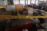 Suasana lapak milik pedagang yang masih terpasang garis pembatas di pasar Pahing Kota Kediri, Jawa Timur, Senin (13/7/2020). Pemerintah daerah setempat membuka kembali pasar tradisional itu setelah sebelumnya ditutup selama tiga hari pasca seorang pedagang dinyatakan positif COVID-19. Antara Jatim/Prasetia Fauzani/zk