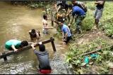 Tercebur ke sungai, anggota TMMD terpaka evakusi mesin air robin
