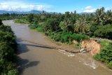 Foto udara jembatan gantung yang putus di Desa Bandungan, Kabupaten Bone Bolango, Gorontalo, Senin (13/7/2020). Jembatan yang dibangun pada tahun 2002 dan menjadi salah satu akses lintas Kecamatan Bulango Utara dan Tapa tersebut putus usai tergerus arus sungai pada Minggu (12/7) kemarin. ANTARA FOTO/Adiwinata Solihin/wsj.