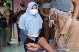 Dinsos-PKK Kendari salurkan bantuan kepada lansia terdampak COVID-19