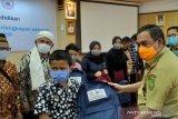 Chevron berikan 2.000 paket keperluan sekolah anak Suku Sakai