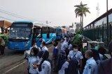 Sebanyak 150 unit bus bantuan yang disediakan pemerintah pusat dan Pemerintah Provinsi DKI Jakarta untuk membantu mengantarkan penumpang commuterline atau kereta rel listrik (KRL) ke sejumlah stasiun di Jakarta, mampu mengurai kepadatan calon penumpang KRL di Stasiun Bogor, pada Senin (13/7) pagi. Bus bantuan itu diberangkatkan dari Jalan Mayor Oking, di samping Stasiun Bogor, mulai pukul 05:00 WIB, menuju ke sejumlah stasiun di Jakarta, yakni Stasiun Juanda, Stasiun Manggarai, Stasiun Tanah Abang, dan Stasiun Sudirman. (Foto: Megapolitan Antaranews/Riza Harahap).