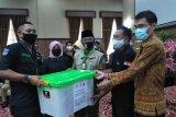 Pemkot Mataram menyerahkan bantuan anak terpapar COVID-19
