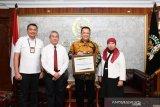Ketua MPR RI  terima piagam penghargaan dari Direktorat Jenderal Pajak