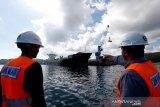 Aktivitas bongkar muat peti kemas di Pelabuhan Malahayati, Aceh Besar, Aceh, Selasa (14/7/2020). Pelabuhan Malahayati yang dikelola PT Pelindo I memiliki panjang 384 meter menjadi salah satu dari 24 pelabuhan tol laut yang berada di ujung barat pulau Sumatra dan telah memiliki fasiitas yang memadai untuk pengangkutan ekspor impor. Antara Aceh/Irwansyah Putra