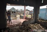 Warga bongkar rumah akibat banjir