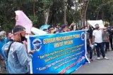 Ratusan warga demo di kantor Bupati Lotim terkait bansos