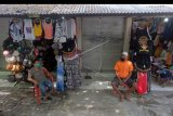 Pedagang menunggu pembeli di Pasar Seni Kuta, Bali, Rabu (15/7/2020). Pasar kerajinan tersebut dibuka dengan sistem ganjil genap atau buka secara bergantian untuk menerapkan protokol kesehatan COVID-19 sekaligus secara bertahap dapat memulihkan perekonomian secara bertahap di kawasan wisata. ANTARA FOTO/Nyoman Hendra Wibowo/nym.