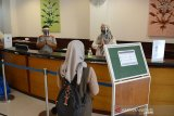 Petugas hotel mengenakan alat pelindung wajah (Face shield) dan masker saat melayani seorang tamu tamu yang hendak menginap di Hotel Oasis, Banda Aceh, Aceh, Rabu (15/7/2020). Untuk membangkitkan kembali sektor pariwisata dan ekonomi kreatif yang terdampak pandemi COVID-19, Kementerian Pariwisata dan Ekonomi Kreatif (Kemenparekraf) meminta pengusaha hotel dan restoran menerapkan protokol kesehatan sesuai standar Cleanliness, Health, Safety and Environmental Sustainability (CHSE). Antara Aceh/Ampelsa.
