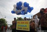 Sejumlah guru bersiap menerbangkan balon saat penutupan Masa Pengenalan Lingkungan Sekolah (MPLS) di SD Muhammadiyah 11, Surabaya, Jawa Timur, Rabu (15/7/2020). Penutupan MPLS di sekolah tersebut diisi dengan pelaksanaan shalat ghaib untuk mendoakan salah satu wali murid yang meninggal akibat COVID-19 dan penerbangan balon dengan harapan wabah COVID-19 segera berlalu. Antara Jatim/Moch Asim/zk.