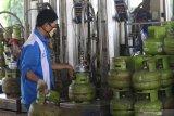 Pekerja mengisi tabung elpiji 3 kilogram di salah satu stasiun pengisian bahan bakar elpiji (SPBE) di Kota Kediri, Jawa Timur, Rabu (15/7/2020). Pertamina Marketing Operasional (MOR) V melakukan perluasan pangkalan elpiji 3 kilogram melalui program