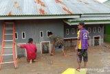 Warga Kabupaten Luwu Utara gotong royong bantu evakuasi korban banjir
