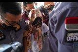 Warga Negara Australia Sara Connor (tengah) dikawal petugas di Kantor Imigrasi Kelas I Khusus Ngurah Rai, Badung, Bali, Kamis (16/7/2020). Sara Connor resmi bebas dan segera dideportasi setelah menjalani hukuman penjara selama empat tahun atas kasus pembunuhan anggota polisi Aipda I Wayan Sudarsa pada tahun 2016 lalu. ANTARA FOTO/DP. Herdyanto/nym.