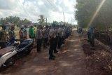 Polsek Labuhan Maringgai dan warga gotong royong persiapkan lokasi akan dikunjungi Menteri KKP