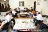 Putera salah satu tokoh banua almarhum H.A Sulaiman HB, Yuni Abdi Nur Sulaiman (tiga kiri) berbincang bersama Menteri Kesehatan Republik Indonesia Terawan Agus Putranto (tiga kanan) saat bersilahturrahmi dengan keluarga besar H.A Sulaiman HB di Banjarmasin, Kalimantan Selatan, Jumat (17/7/2020). Dalam silahturrahmi tersebut Menkes bersama Yuni Abdi Nur Sulaiman berbincang santai seputar permasalahan COVID-19 di Kalimantan Selatan dan berharap kasus penyebaran virus corona di Kalsel cepat menurun, sambil makan soto banjar dan menyantap kue bingka khas banjar. Foto Antaranews Kalsel/HO-Daus/Bay.