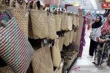 5.000 tas anyaman jadi gerakan tanpa kantong plastik di pasar Banjarmasin
