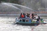 Warga menaiki perahu bermesin (kelotok) saat wisata susur Sungai Martapura di Banjarmasin, Kalimantan Selatan, Jumat (17/7/2020). Wisata susur Sungai Martapura tersebut menawarkan suasana alam serta aktivitas warga di bantaran sungai saat akhir pekan banyak didominasi wiasatawan domestik maupun warga lokal untuk bersantai bersama keluarga serta kerabat. Foto Antaranews Kalsel/Bayu Pratama S.