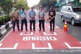 Cegah COVID-19, Pemkab Kapuas buat marka jaga jarak di jalan raya
