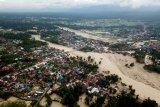 Foto udara kondisi Kota Masamba yang tertimbun lumpur akibat terjangan banjir bandang di Kabupaten Luwu Utara, Sulawesi Selatan, Jumat (17/7/2020). ANTARA FOTO/Abriawan Abhe/nym.