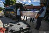 Polisi membawa enam ABK terkait penemuan jenazah dalam mesin pendingin