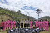 Bhayangkari Tolikara berikan bantuan sembako ke warga terdampak COVID-19