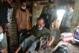 Lumpuh sejak umur tiga bulan, Robi terima kursi roda dari bupati (Video)