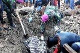 Prajurit TNI mengevakuasi dua jasad korban banjir di Luwu Utara