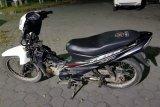 Wanita ini motornya dicuri di halaman Masjid Agung Praya saat ibadah