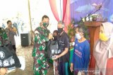Danrem Pamungkas menyerahkan bantuan sembako kepada warga Gunung Kidul