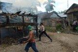 Diduga korsleting listrik, satu rumah panggung di Dompu ludes terbakar