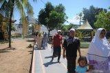 Pengunjung memasuki komplek pemakaman Raja-Raja Sumenep dan tokoh agama di Asta Tinggi, Sumenep, Jawa Timur, Sabtu (18/7/2020). Dalam beberapa minggu terakhir kunjungan ke wisata religi dan sejarah  itu, mulai  menunjukkan peningkatan, kendati jumlahnya masih jauh dari sebelum mewabahnya COVID-19 yang mencapai 1.500 hingga 2.000 kunjungan per hari. Antara Jatim/Saiful Bahri/zk