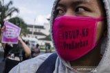 Massa yang tergabung dalam Aliansi Gerakan Perempuan Anti Kekerasan melakukan Aksi Selasa di depan Gedung Sate, Bandung, Jawa Barat, Selasa (21/7/2020).  Mereka mendesak DPR RI dan pemerintah untuk kembali memasukkan RUU Penghapusan Kekerasan Seksual (P-KS) ke dalam Prolegnas Prioritas 2020 serta membahas dan mengesahkan RUU tersebut guna menghentikan kekerasan perempuan dan kekerasan seksual di Indonesia. ANTARA JABAR/Novrian Arbi/agr