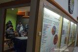Sejumlah Komisioner KPU Jawa Barat menyimak arahan saat  rapat video daring Apel Kesiapan Penyelenggaraan Pemilihan Serentak 2020 di Kantor KPU Provinsi Jawa Barat, Bandung, Jawa Barat, Selasa (21/7/20). Kegiatan tersebut sebagai penyampaian informasi dan sosialisasi terkait regulasi, mekanisme tahapan serta tata cara pendaftaran lembaga survei, dan lembaga hitung cepat Pilkada serentak 2020 di delapan kabupaten/kota se-Jawa Barat. ANTARA JABAR/Novrian Arbi/agr