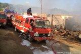 Petugas Masih Padamkan kebakaran Pasar Youtefa Abepura