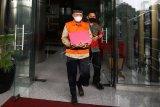 Mantan Wakil Ketua DPRD Jambi AR Syahbandar (kiri) berjalan usai menjalani pemeriksaan di gedung KPK, Jakarta, Selasa (21/7/2020). AR Syahbandar diperiksa terkait perkara dugaan suap terhadap anggota DPRD Jambi dalam pengesahan RAPBD Provinsi Jambi Tahun Anggaran 2017-2018. ANTARA FOTO/Rivan Awal Lingga/foc.