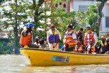 Gubernur Sulsel Nurdin Abdullah serahkan bantuan banjir Wajo Rp1,4 miliar