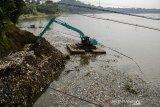 Petugas mengoperasikan alat berat untuk mengeruk sampah di aliran Sungai Citarum Kawasan Batujajar, Kabupaten Bandung Barat, Jawa Barat, Rabu (22/7/2020). Volume sampah kiriman dari kawasan Kota Bandung dan Kabupaten Bandung di aliran Sungai Citarum terus meningkat sejak beberapa waktu lalu meskipun Satgas Citarum Harum telah menurunkan alat berat untuk mengeruk sampah secara rutin di aliran sungai tersebut. ANTARA JABAR/Novrian Arbi/agr