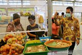 Los pedagang Pasar Rakyat Kudus dilengkapi partisi cegah COVID-19