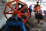 Petugas Dinas Lingkungan Hidup dan Kebersihan (DLHK) Kota Bogor saat mengolah sampah organik menjadi pupuk kompos di Taman Rumah Kompos, TPA Galuga, Kabupaten Bogor, Jawa Barat, Selasa (21/7/2020). Sedikitnya 600 ton sampah perhari dihasilkan dari wilayah Kota Bogor dengan 30 persen diantaranya sudah diolah secara 3R (Reuce, Reduce dan Recycle) sedangkan 70 persen lainnya dibuang ke TPA Galuga, Kabupaten Bogor, Provnsi Jawa Barat. (ANTARA FOTO/Arif Firmansyah).