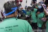 Instruktur memberikan pengarahan proses pemagangan kopi kepada peserta saat pelatihan dan pembekalan kewirausahaan Inkubasi Bisnis di BBPPK dan PKK Lembang, Kabupaten Bandung Barat, Jawa Barat, Kamis (23/7/2020). Pelatihan dan pembekalan yang diikuti sebanyak 200 peserta ini merupakan tahapan memberdayakan wirausaha maupun calon wirausaha potensial melalui pendampingan kepada para peserta, sehingga mampu menjadi wirausahawan yang tangguh, inovatif, kreatif, dan berdaya saing tinggi. ANTARA JABAR/M Agung Rajasa/agr