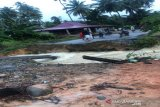Diterjang banjir tiga jembatan di Mandailing Natal rusak