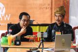 Kepala Kantor Perwakilan Bursa Efek Indonesia (BEI) Kalbar Taufan Febiola (kiri) bersama Koki Bang Yul (kanan) mempromosikan Mie Tiaw Melayu secara live streaming melalui Instagram di Pontianak, Kalimantan Barat, Kamis (23/7/2020). Kegiatan tersebut bertajuk 'Mengunyah Rasa Nusantara, Mencerna Istilah Pasar Modal' dan merupakan program edukasi Waktu Indonesia Berinvestasi (WIB) dari BEI yang bertujuan untuk memperkenalkan kuliner daerah setempat serta memberikan edukasi tentang pasar modal berbasis daring. ANTARA FOTO/Jessica Helena Wuysang